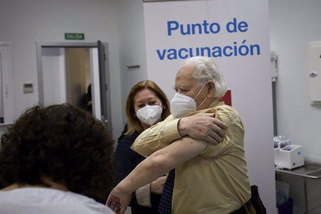 Un octogenario se dispone a recibir la primera dosis de la vacuna de Pfizer en el Centro de Salud Andrés Mellado, en Madrid (España), a 25 de febrero de 2021.