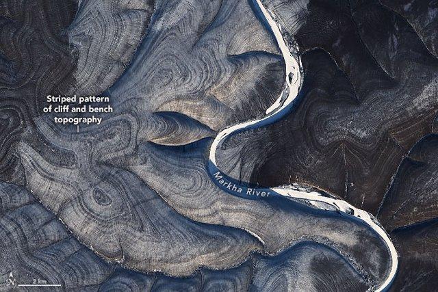 Vista del misterioso patrón de rayas en colinas en el norte de Siberia