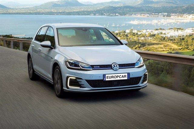 Archivo - Golf híbrido enchufable de Europcar.