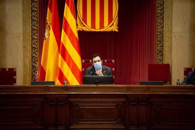 Archivo - El president del Parlament, Roger Torrent, durante una sesión plenaria en el Parlament, en Barcelona, Catalunya (España), a 22 de octubre de 2020.  En el pleno se realizan interpelaciones y mociones al Govern sobre, entre otras cuestiones, gente