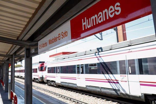 Archivo - Un tren a su paso por la Estación de Tren de Humanes en la zona básica de salud Humanes en Humanes de Madrid