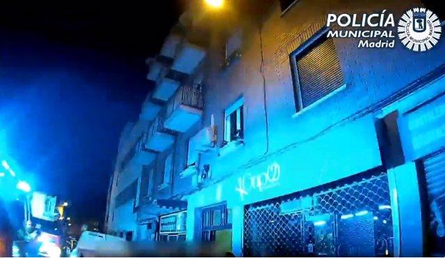 Policía rescata a una joven que quedó enganchada en una antena al caer desde la terraza en una fiesta ilegal
