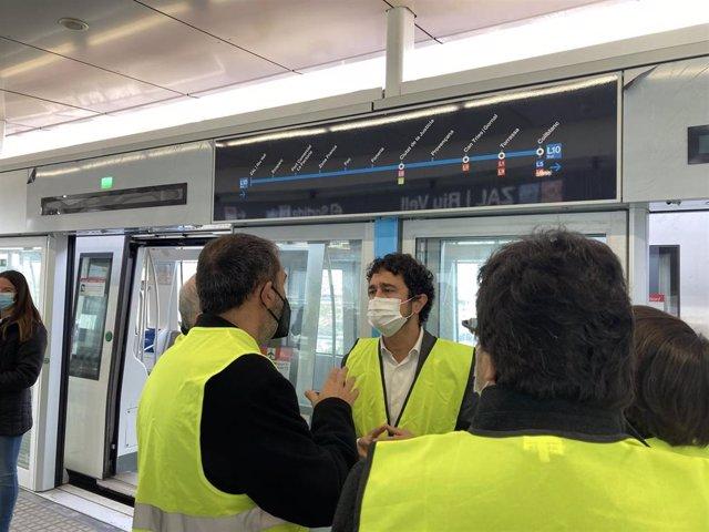 El conseller Damià Calvet durante la visita  a las nuevas estaciones d ela L10 del metro de Barcelona en la Zona Franca.