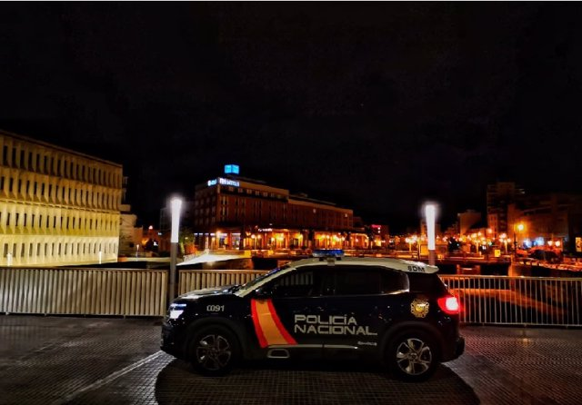 Policía Nacional patrulla de noche en Málaga
