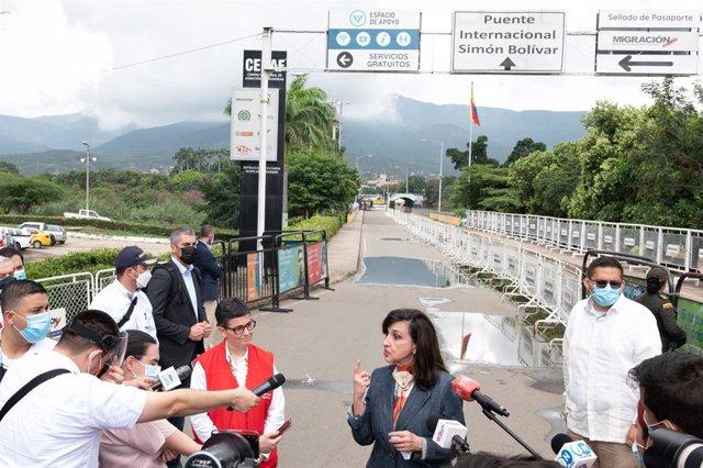 La ministra de Asuntos Exteriores, Arancha González Laya, y la canciller de Colombia, Claudia Blum, en la frontera con Venezuela