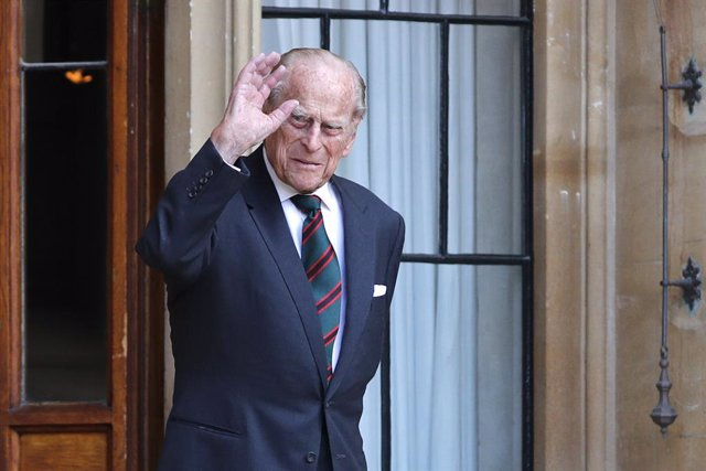 Archivo - 22 July 2020, England, Windsor: Prince Philip, Duke of Edinburgh, waves during the transfer of the Colonel-in-Chief of The Rifles ceremony at Windsor castle. Photo: Adrian Dennis/PA Wire/dpa