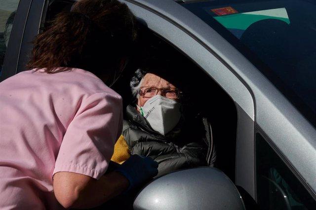 Un centenaria es atendida para ser vacunada contra la COVID-19 desde su coche, en las inmediaciones del Hospital Santiago Apóstol, en Vitoria-Gasteiz, Álava, Euskadi (España), a 24 de febrero de 2021.