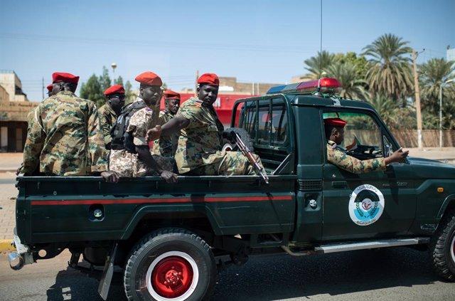 Archivo - 28 February 2020, Sudan, Khartoum: Sudanese soldiers accompany the procession of the German President Frank-Walter Steinmeier on its way to Khartoum airport. Photo: Bernd von Jutrczenka/dpa