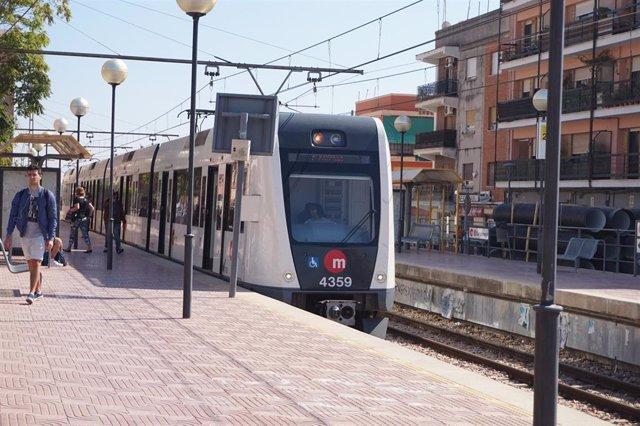 Archivo - Metro en la estación de Campamento de Paterna (Valencia)