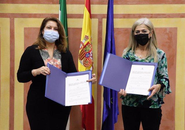 La consejera de Agricultura, Ganadería, Pesca y Desarrollo Sostenible, Carmen Crespo, y la de Cultura y Patrimonio Histórico, Patricia del Pozo, en la firma del protocolo.