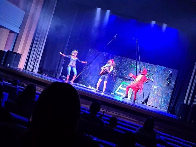 Actuación de Eco-Vengadores, en el ciclo teatral de otoño