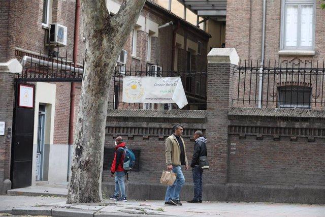 Archivo - Varias personas esperan en cola para entrar en el comedor de las Hijas de la Caridad de San Vicente de Paúl