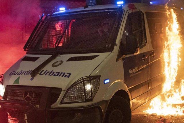 Disturbios y destrozos tras la manifestación en defensa de la libertad de Pablo Hasél y los derechos sociales tras 12 días de protestas, en Barcelona (España), a 27 de febrero de 2021. La protesta ha sido convocada por Arran, la CUP, Endavant, el SEPS y l