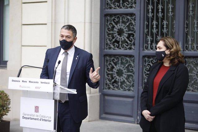 El conseller de Interior de la Generalitat, Miquel Sàmper, y la alcaldesa de Barcelona, Ada Colau, tras una reunión por los altercados en la ciudad por el encarcelamiento del rapero Pablo Hasel.