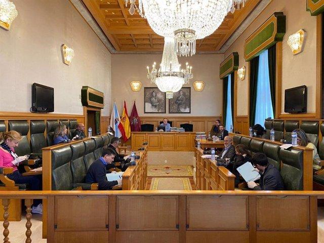Archivo - El alcalde de Santiago, Xosé Sánchez Bugallo, preside la junta de gobierno local en el Salón de Plenos del Pazo de Raxoi.