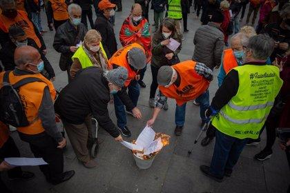 Unes 200 persones es concentren a Barcelona i cremen les cartes que Escrivá va enviar als pensionistes