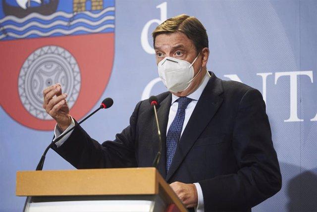 El ministro de Agricultura, Pesca y Alimentación, Luis Planas, durante una rueda de prensa en Cantabria