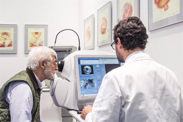 Dr Álvaro Velázquez Villoria y paciente.
