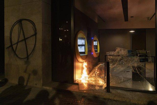 Aldarulls i destrosses després de la manifestació en defensa de la llibertat de Pablo Hasél i els drets socials després de 12 dies de protestes, a Barcelona (Espanya), 27 de febrer del 2021.