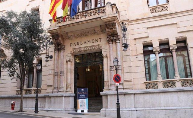 Archivo - La fachada del Parlament en la calle Conquistador.