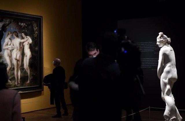 Varias personas observan las obras de una de las salas durante la presentación de la primera exposición temporal de 2021 en el Museo Nacional del Prado 'Pasiones Mitológicas. Tiziano, Veronese, Allori, Rubens, Ribera, Poussin, Van Dyck, Velázquez'