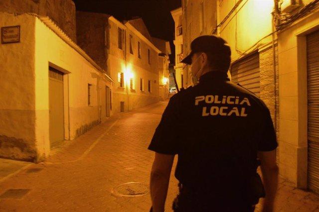 Archivo - La policía detiene a un conductor por resistencia a la autoridad después de circular ebrio y a gran velocidad en Petrer (Alicante)