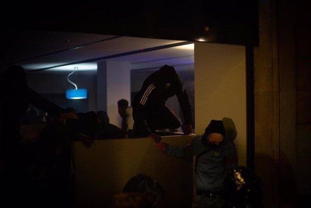 Violentos asaltan una oficina de banco tras una manifestación contra el encarcelamiento del rapero Pablo Hasel