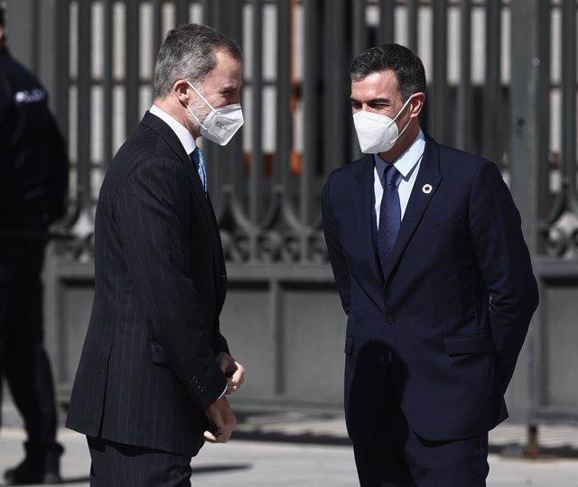 El presidente del Gobierno, Pedro Sánchez y el Rey Felipe VI a su llegada al acto con motivo del 40 aniversario del 23 de febrero de 1981 celebrado en el Salón de Pasos Perdidos del Congreso de los Diputados, en Madrid, (España), a 23 de febrero de 2021.