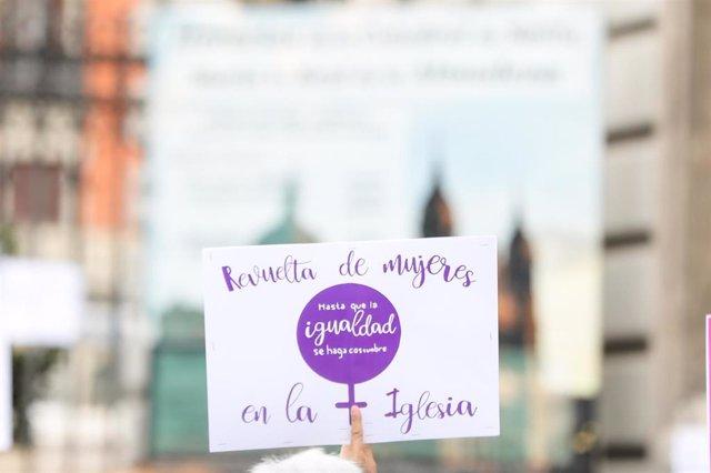 Archivo - Participante en la concentración de la plataforma Revuelta de Mujeres en la Iglesia de 2020 junto a la catedral de la Almudena.
