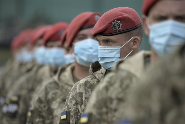 Archivo - 17 September 2020, Ukraine, Yavoriv: Ukrainian servicemen wear face masks due to the coronavirus pandemic during Rapid Trident 2020 military exercise at the International Peacekeeping and Security Center (IPSC) near Yavoriv, Lviv Region. Photo: