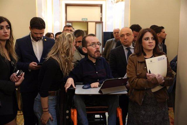 Archivo - El portavoz de Unidas Podemos en el Congreso de los Diputados, Pablo Echenique y la portavoz socialista en el Congreso, Adriana Lastra, con el portavoz de ERC, Gabriel Rufián, en un segundo plano a la izquierda