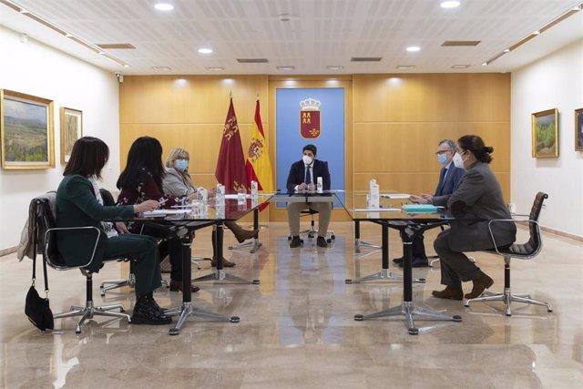 El presidente de la Región de Murcia, Fernando López Miras, mantiene una reunión con representantes de Feafes