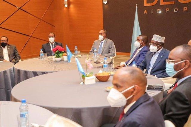 El primer ministro de Somalia, Mohamed Husein Roble (tercero por la izquierda) encabeza una reunión con la oposición parte del diálogo político de cara a organizar elecciones presidenciales en el país africano.