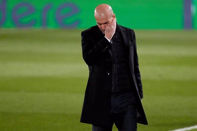 Zinédine Zidane se lamenta durante el partido entre el Real Madrid y la Real Sociedad