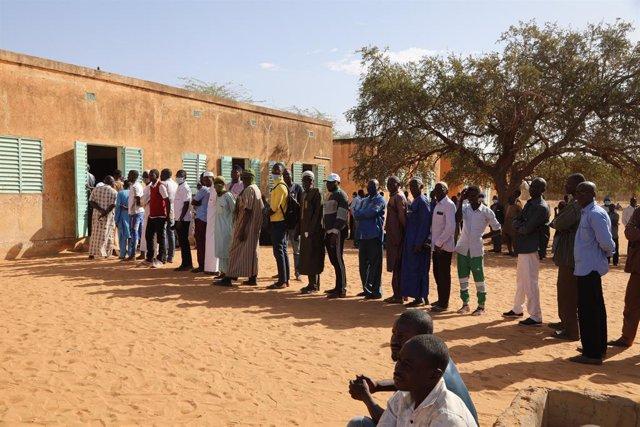 Un grupo de personas hacen cola para votar en la segunda vuelta de las elecciones de Níger el pasado 22 de febrero.