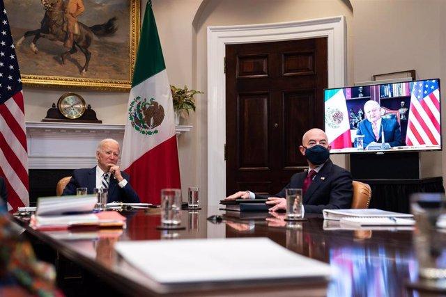 El presidente de Estados Unidos, Joe Biden, y el secretario de Seguridad Nacional, Alejandro Mayorkas, conversan por videollamada con el presidente de México, Andrés Manuel López Obrador.