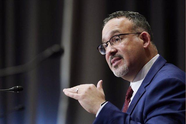 El secretario de Educación de Estados Unidos, Miguel Cardona