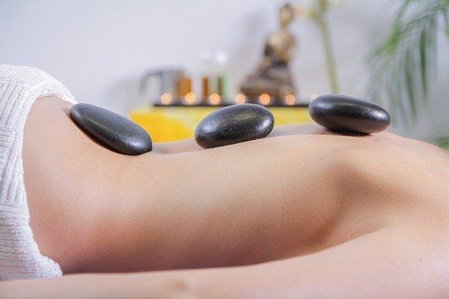 Archivo - Medicina alternativa, masaje piedras