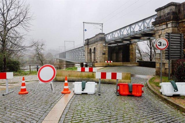 Frontera del Puente Internacional Tui-Valença cortada al paso.