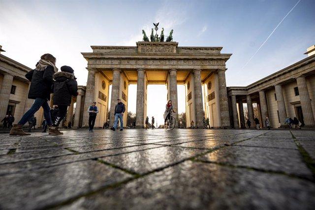 Archivo - Ciudadanos paseando ante la Puerta de Brandenburgo, en Berlín