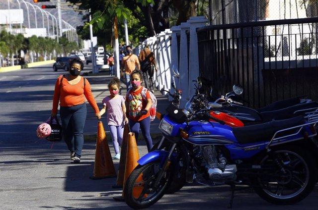 Personas con mascarillas en Valencia, en el estado venezolano de Carabobo