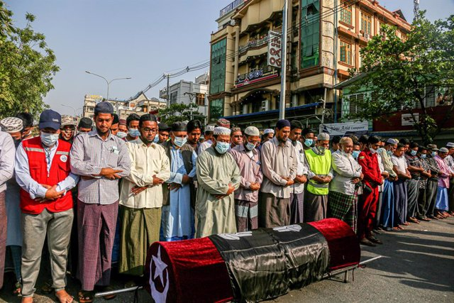 01 March 2021, Myanmar, Mandalay: People pray for the body of a Muslim woman, Daw Dasi, who was shot dead by the Myanmar Security Forces on 28 February, during her funeral. Myanmar Security Forces fire rubber bullets, real bullets, tear gas and sound bomb