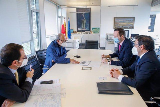 El director de Industria, Daniel Alvear ,y el consejero, Javier López Marcano ,en la reunión con los representantes de la empresa