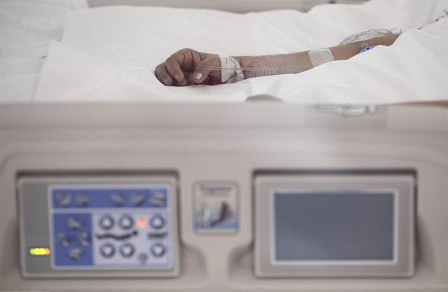 Archivo - Arxiu - Mà d'un malalt amb via subcutània en un llit d'UCI