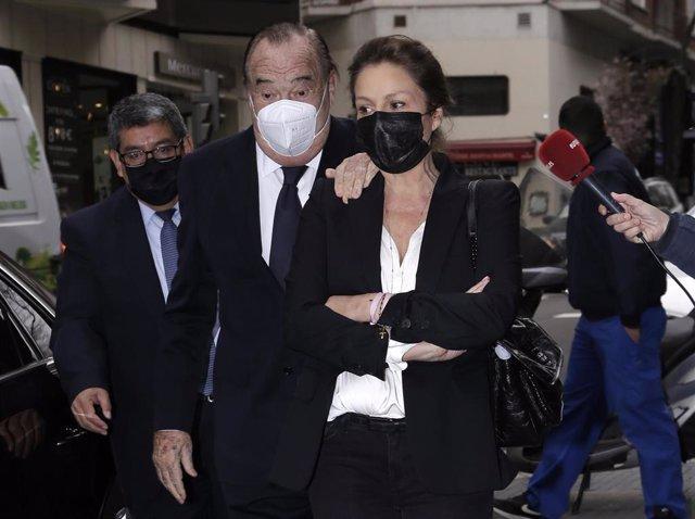 Fernando Fernández- Tapias ha llegado a los juzgados con su mujer, Nuria González