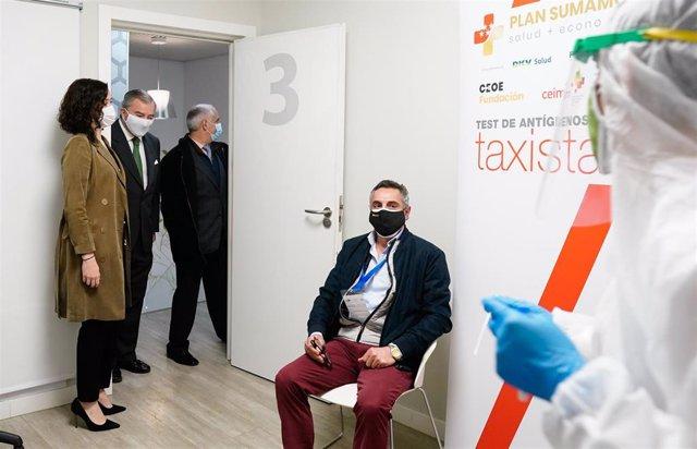 La presidenta del Gobierno madrileño, Isabel Díaz Ayuso, visita un nuevo punto de testeo para realizar pruebas de antígenos, en el marco del Plan Sumamos desarrollado junto con la Fundación CEOE para realizar pruebas de detección de Covid-19