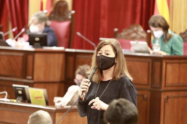 Archivo - La presidenta del Govern, Francina Armengol, durante el pleno.