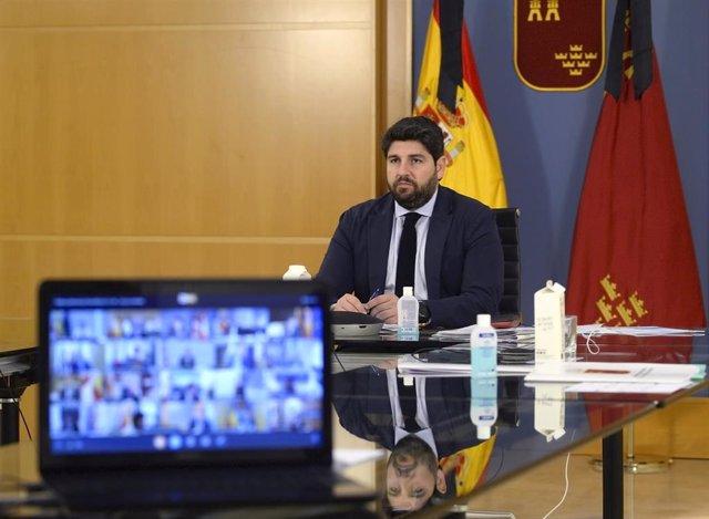 Archivo - El presidente López Miras en la videoconferencia mantenida con Pedro Sánchez