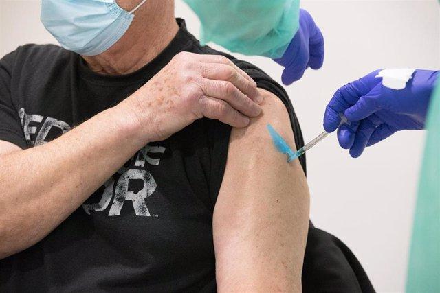 Inicio de la campaña de vacunación frente a la Covid-19 para el colectivo de mayores de 80 años en el centro de salud de Milladoiro .