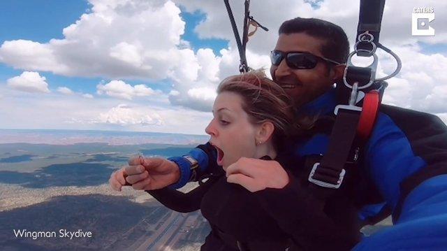 Este hombre pide matrimonio a su novia mientras se tiran desde 13.000 pies de altura en paracaídas